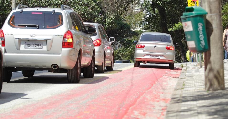 11.set.2014 - Carro passa por trecho da ciclovia Pacaembu na rua Piauí, em Higienópolis, zona central de São Paulo. Em vários trechos, carros invadem a ciclovia em conversões ou para acessar garagens, às vésperas da inauguração dos novos trechos de ciclovias em São Paulo