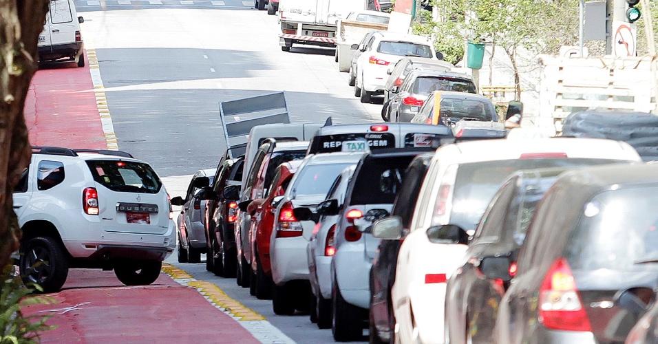 11.set.2014 - Carro passa por trecho da ciclovia Pacaembu na rua Piauí, em Higienópolis, zona central de São Paulo. Em vários trechos, carros invadem a ciclovia em conversões ou para acessar garagens, às vésperas da inauguração do novo trecho de ciclovias em São Paulo, no dia 13 de setembro