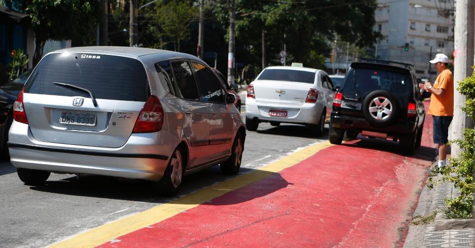 12.set.2014 - Na ciclovia Pacaembu, no trecho que passa pela praça Vilaboim, em Higienópolis, na zona central de São Paulo, carros param na faixa para o embarque e desembarque de pessoas que vão aos restaurantes da região. O novo trecho da ciclovia foi inaugurado no dia 13 em São Paulo
