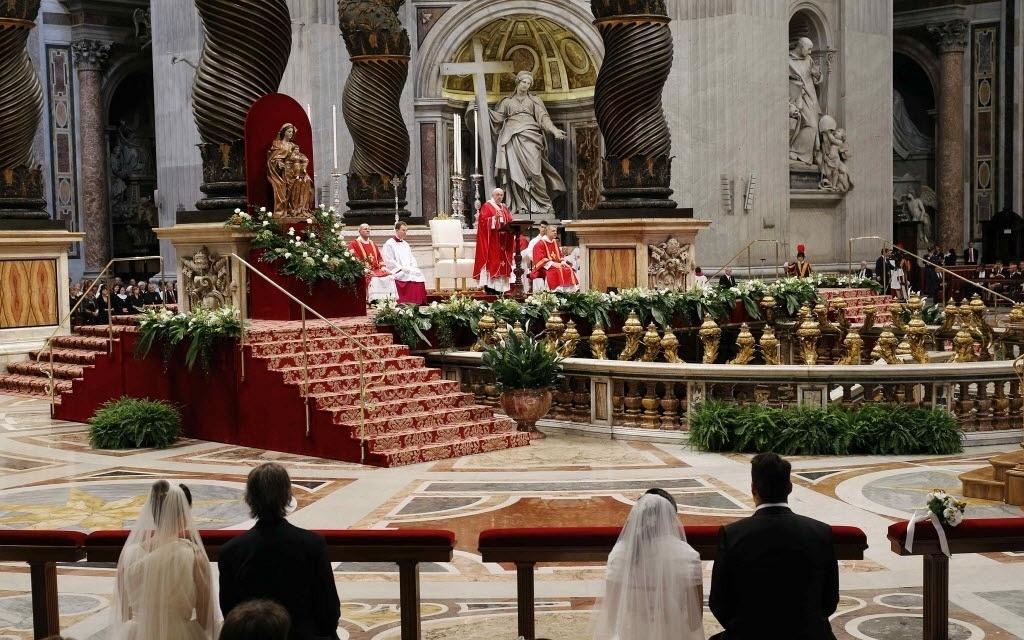 14.set.2014 - O papa Francisco celebrou na manhã deste domingo (13) o casamento coletivo de 20 casais na Basílica de São Pedro, no Vaticano. Essa foi a primeira cerimônia do tipo realizada pelo papa em seu pontificado