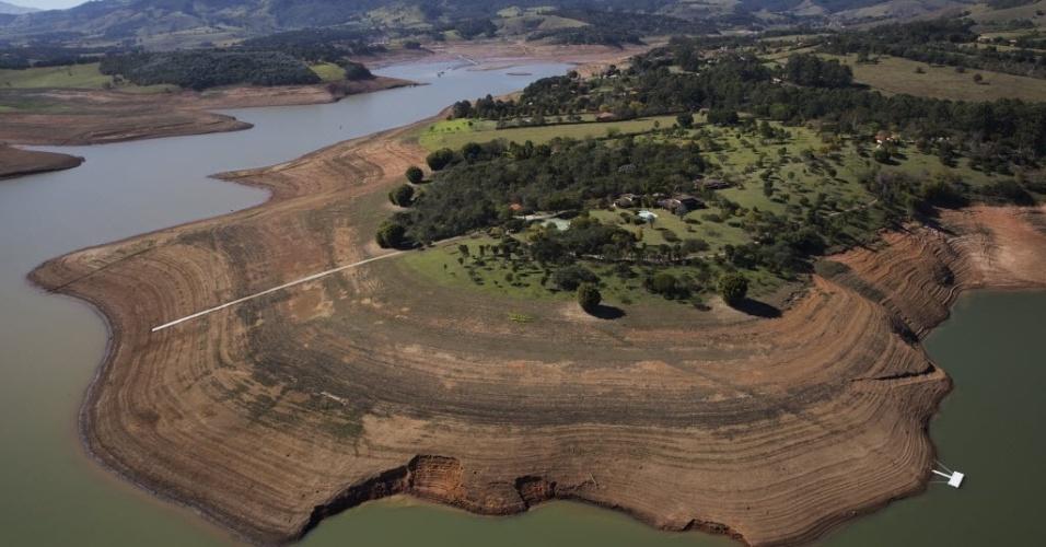 15.set.2014 - Leito seco da represa Jaguari-Jacareí, em Bragança Paulista (SP), que faz parte do Cantareira, sistema responsável pelo abastecimento de um terço da população da Grande São Paulo