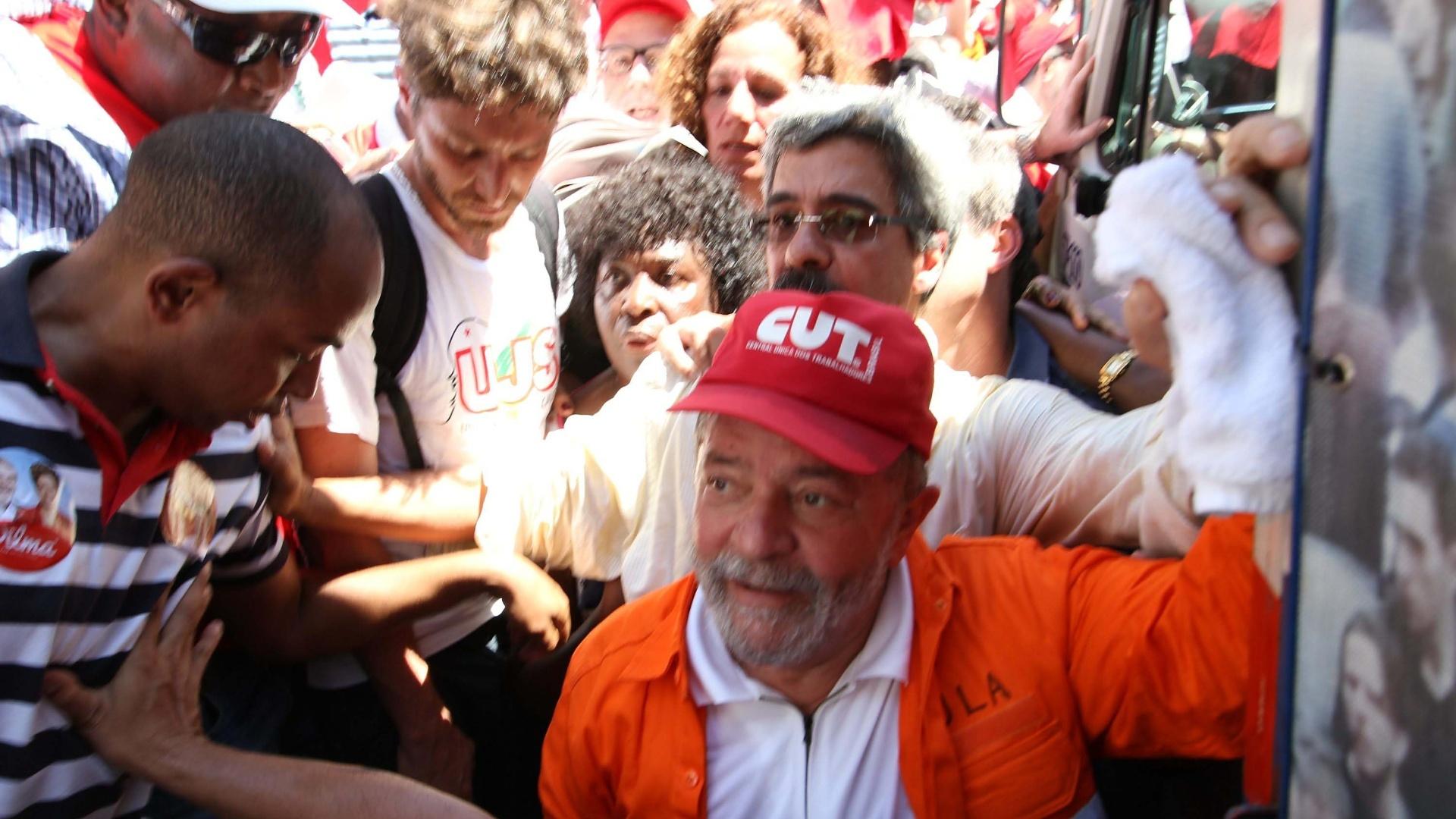 15.set.2014 - O ex-presidente Luiz Inácio Lula da Silva participou do ato em defesa do pré-sal e da Petrobras, na Cinelândia, centro do Rio de Janeiro, na manhã desta segunda-feira (15). O ato foi convocado pela direção da Federação Única dos Petroleiros, por centrais sindicais, movimentos sociais e estudantes ligados ao PT, e reuniu cerca de 500 pessoas em uma caminhada até a sede da Petrobras. O protesto foi marcado por tom eleitoral a favor da presidente Dilma Rousseff (PT) e atacou a candidata a presidência Maria Silva (PSB) com a distribuição de adesivos com os dizeres: