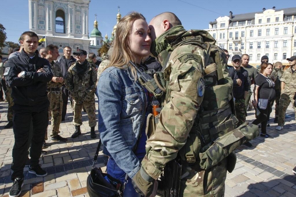 15.set.2014 - Soldado ucraniano beija a namorada em seu retorno a Kiev, após combater nas regiões orientais do país. A Ucrânia acusou no domingo (14) os separatistas pró-russos de colocarem em risco o processo de paz, ao intensificar seus ataques contra posições ucranianas, apesar do cessar-fogo em vigor