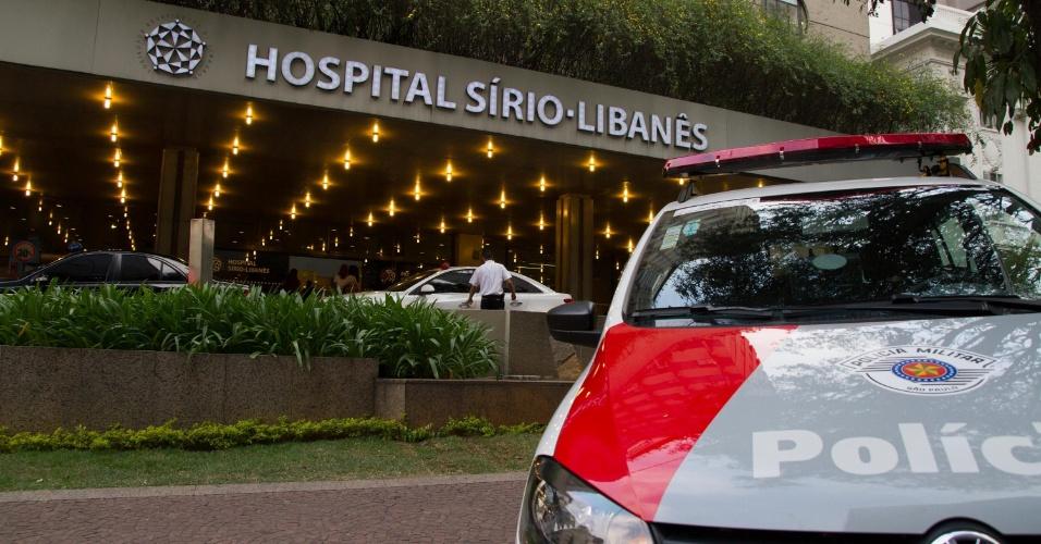 15.set.2014 - Viatura da Polícia Militar é vista em frente ao hospital Sírio-Libanês, no centro de São Paulo, onde o médico urologista Anuar Ibrahim Mitre, 65, foi atingido por três tiros dentro do seu consultório, nesta segunda-feira (15). Segundo a PM, o agressor também era médico. Após atirar contra Mitre, o homem se matou com um tiro na cabeça. O médico ferido foi levado para o pronto-socorro e passa por cirurgia