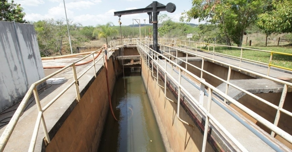17.set.2014 - Imagem mostra estação de captação de água da Sabesp (Companhia de Saneamento Básico do Estado de São Paulo), em Franca. A companhia fez uma barragem com sacos de areia no rio, localizado em Franca, nesta quarta-feira (17), para garantir o abastecimento de água no município