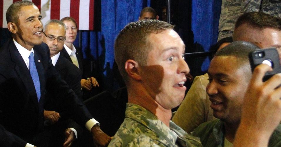 17.set.2014 - Militar posa para selfie com Barack Obama, após o pronunciamento do presidente dos Estados Unidos para soldados da base da Força Aérea de MacDill, na Flórida