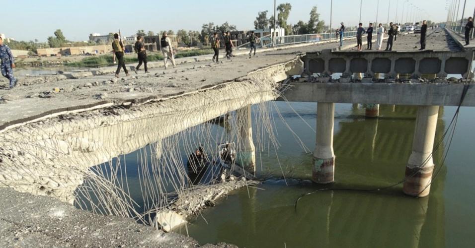 17.set.2014 - Pessoas olham estrago causado por um ataque suicida nesta quarta-feira (17) em ponte na região de Ramadi, em Bagdá, no Iraque