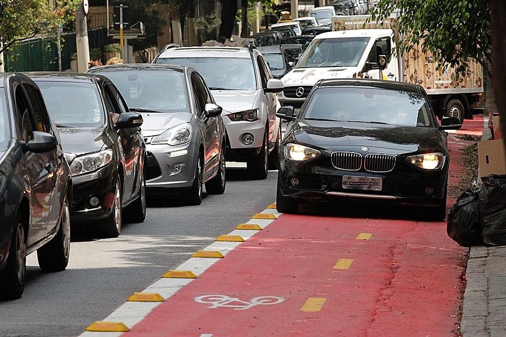 17.set.2014 - Carros, carroceiros e motos invadem a faixa para ciclistas na rua Piauí, em Higienópolis, na zona c