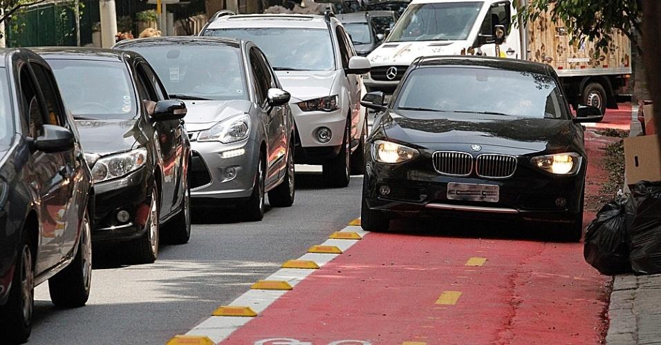 17.set.2014 - Carros, carroceiros e motos invadem a faixa para ciclistas na rua Piauí, em Higienópolis, na zona central da capital paulista, mesmo após a inauguração do trecho no dia 13 de setembro