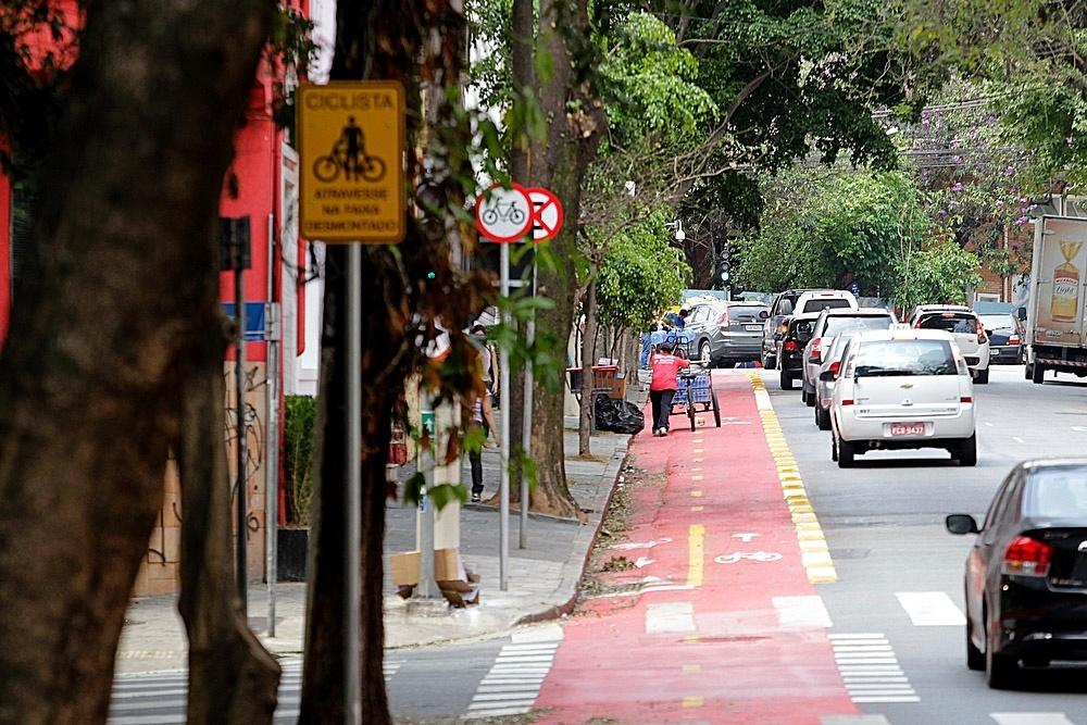 17.set.2014 - Em vários pontos da ciclovia Pacaembu, inaugurada no dia 13 de setembro, os carros e carroceiros invadem a faixa exclusiva para ciclistas