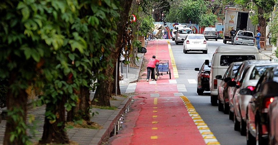 17.set.2014 - Carroceiro invade a faixa exclusiva para ciclistas em trecho da ciclovia Pacaembu, que corta o bairro de Higienópolis, na zona central da cidade