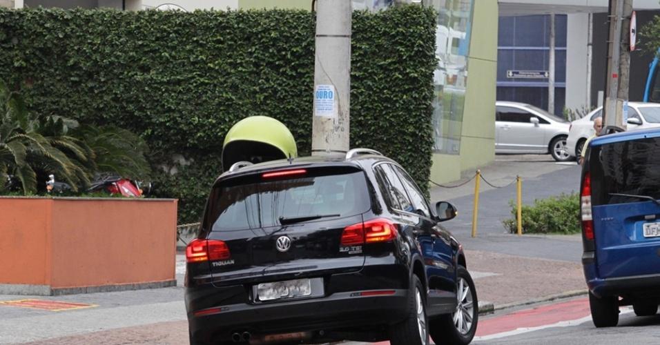 17.set.2014 - Veículos invadem a faixa exclusiva para ciclistas na avenida Rouxinol, em Moema, na zona sul de São Paulo. Muitos motoristas estacionam carros para deixar passageiros ou fazer compras