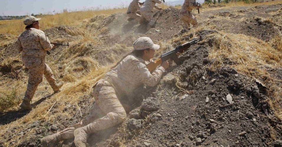 18.set.2014 - Combatentes curdas participam de treinamento militar antes de serem mobilizadas para lutar contra os militantes do Estado Islâmico, em acampamento em Sulaimaniya, no norte do Iraque