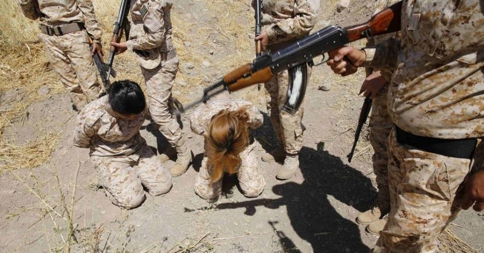 18.set.2014 - Combatentes curdas treinam o procedimento de lidar com prisioneiros durante, antes de serem mobilizadas para lutar contra os militantes do Estado Islâmico, em acampamento em Sulaimaniya, no norte do Iraque