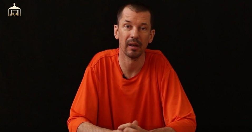 18.set.2014 - Imagem tirada de um vídeo divulgado pelo Estado Islâmico mostra supostamente o fotojornalista britânico John Cantlie em um local secreto, onde estaria sendo mantido em cativeiro. No vídeo, Cantlie fala diretamente para a câmera e promete revelar a