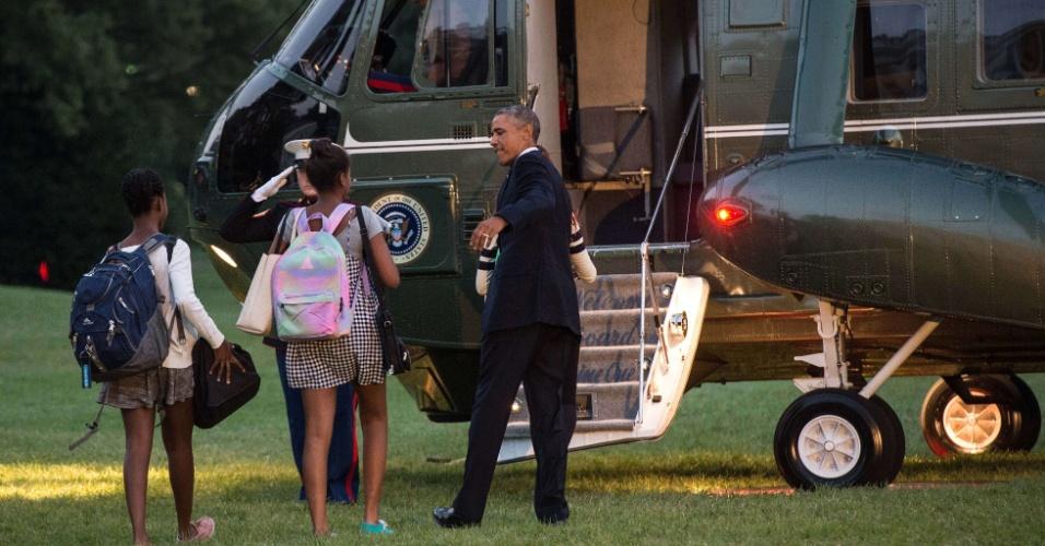 19.set.2014 - Barack Obama se prepara para deixar a Casa Branca acompanhado da filha Sasha e de uma amiga