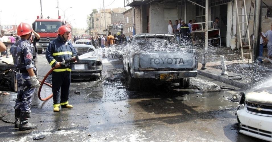 19.set.2014 - Bombeiros trabalham no local de um ataque a bomba no centro da cidade de Kirkuk, norte do Iraque.  Pelo menos 17 pessoas morreram e 55 ficaram feridas em ataques a bomba no país, nesta sexta ?feira (19)