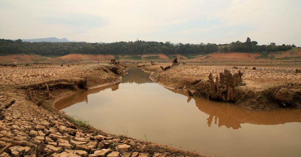 19.set.2014 - Imagem mostra a represa de Jaguari-Jacareí, na cidade de Joanópolis, no interior de São Paulo, afetada pela falta de chuvas na região sudeste. O sistema Cantareira registra 8,4% de sua capacidade nesta sexta-feira (19). Segundo os meteorologistas, a tendência é que as chuvas comecem a regularizar no final do mês de setembro e primeira quinzena de outubro, mas de forma mal distribuída