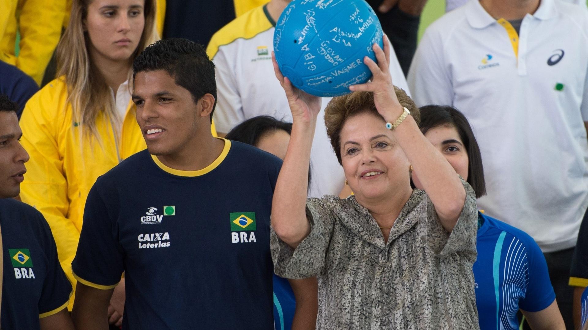 19.set.2014 - Presidente Dilma Rousseff segura uma bola durante encontro com atletas nesta sexta-feira (19) no Palácio do Planalto, em Brasília. Dilma recebeu 60 jovens atletas que se destacaram em competições internacionais e se preparam para Jogos Olímpicos e Paralímpicos do Rio 2016