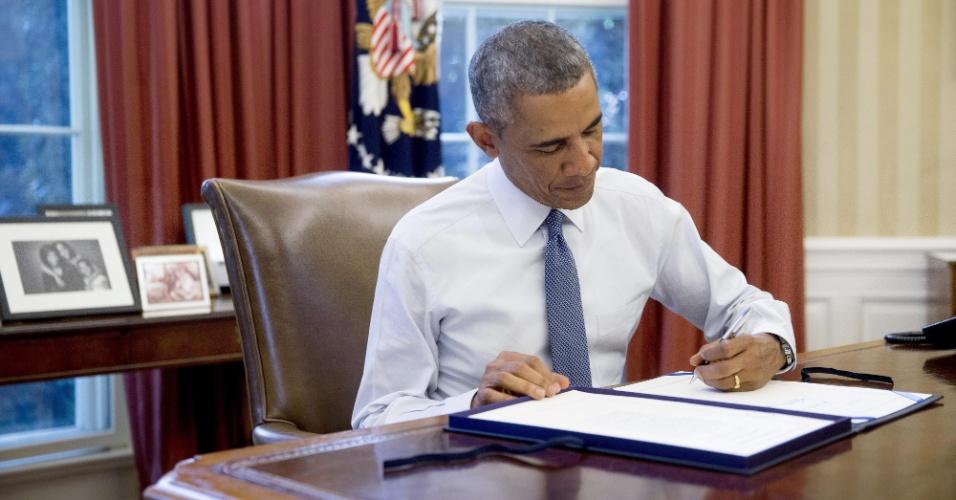 19.set.2014 - Presidente dos Estados Unidos, Barack Obama assina lei nesta sexta-feira (19) que autoriza o Pentágono a treinar e armar os rebeldes sírios na luta contra o Estado Islâmico (EI), após sua aprovação nesta semana nas duas câmaras do Congresso