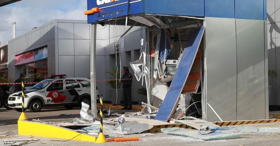22.set.2014 - Assaltantes explodiram um caixa eletrônico na madrugada desta segunda-feira (22) dentro de um posto de combustíveis na avenida Sapopemba, zona leste de São Paulo. Ninguém foi preso e ainda não se sabe a quantia levada.