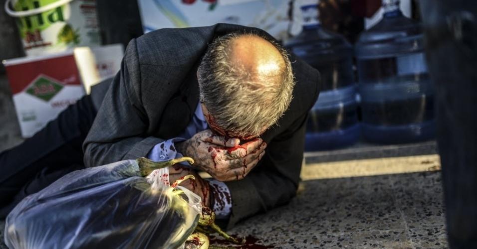 22.set.2014 - Homem de etnia curda fica ferido após confrontos na cidade turca de Suruc entre manifestantes e a polícia. A Turquia decidiu bloquear trechos de sua fronteira com a Síria após receber uma onda de mais de 130 mil sírios, nos últimos dias, fugindo das perseguições do grupo radical Estado Islâmico