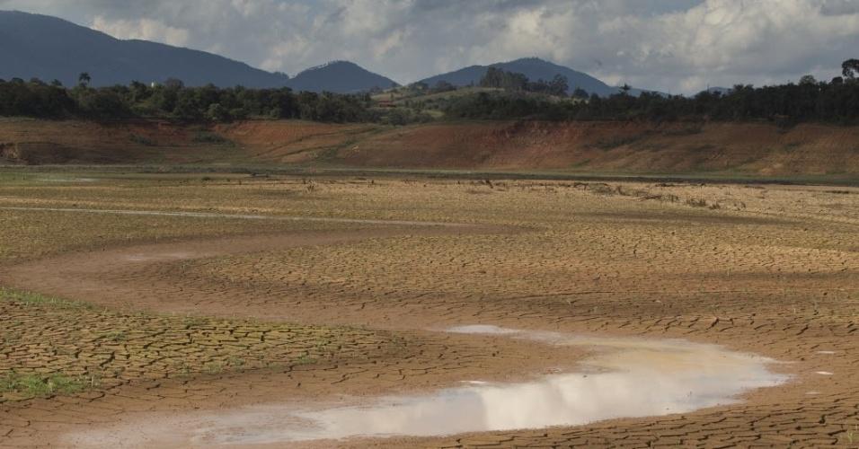21.set.2014 - Represa de Jaguari-Jacareí, em Joanópolis (SP), que integra o Sistema Cantareira, tem nível cada vez mais baixo por causa da estiagem. Apontado como medida capaz de evitar o racionamento de água na Grande São Paulo, o volume morto - água que fica no fundo das represas - do Cantareira injetou mais de 180 bilhões de litros no sistema. Passados 129 dias, porém, essa quantidade já foi consumida