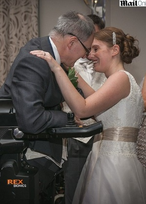 Irving Caplan, 56, ?vestiu? um traje robótico especial durante casamento da filha