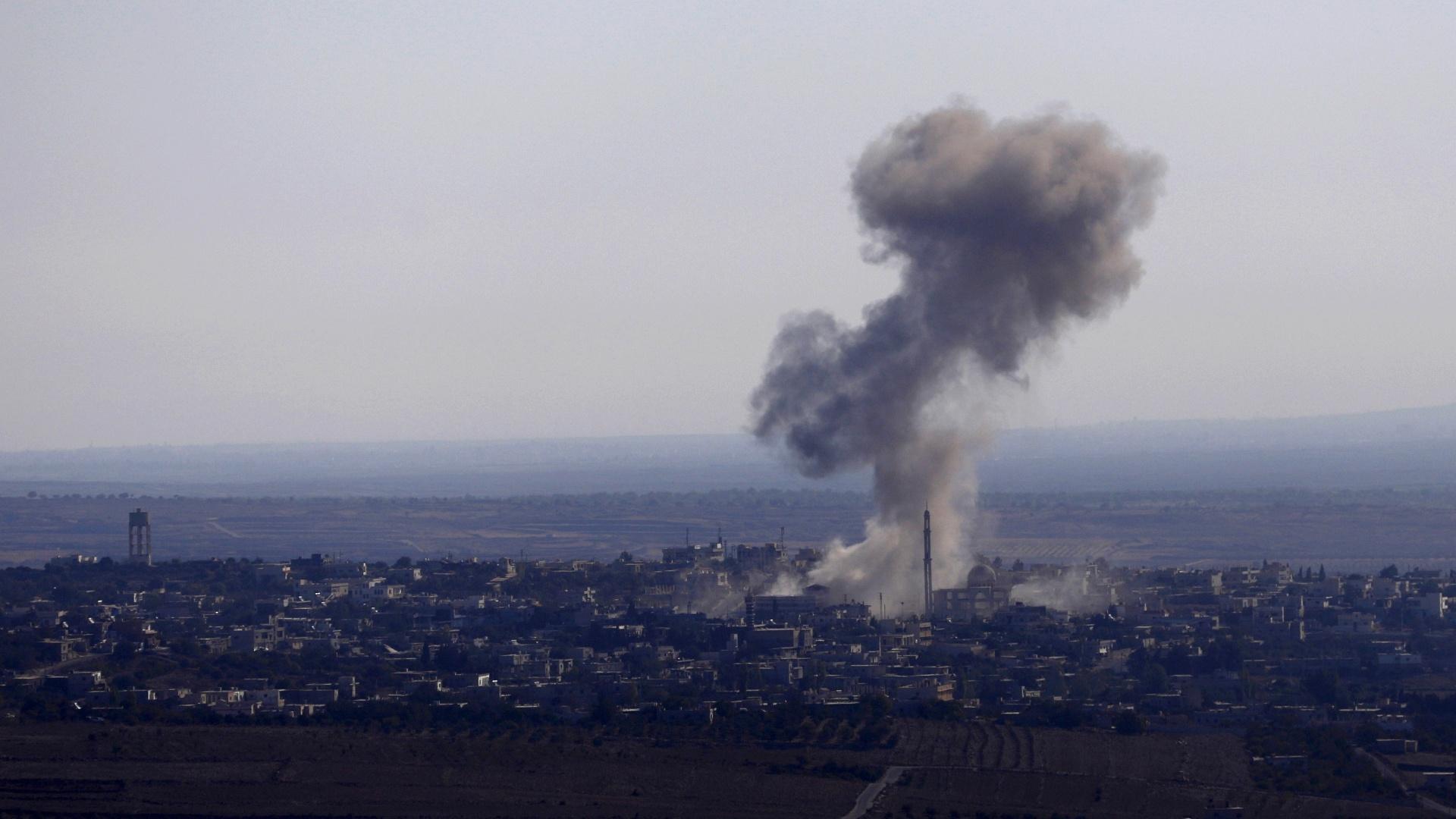 23.set.2014 - Aldeia síria de Jubata al-Khashab é bombardeada por avião sírio nesta terça-feira (23), momentos antes de o mesmo avião ser derrubado pelo exército israelense sobre as colinas de Golã. Segundo Israel o caça sírio foi abatido por haver cruzado a linha de cessar-fogo, entrando no setor ocupado por Israel das colinas. Foi o incidente mais grave entre os países desde a eclosão da guerra civil síria em 2011