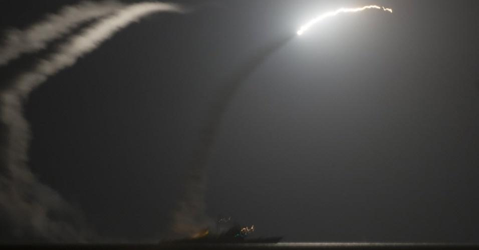 23.set.2014 - O navio dos EUA USS Philippine Sea (CG 58) no Mar Vermelho lança míssil Tomahawk contra alvos do Estado Islâmico na Síria. Os ataques aéreos liderados pelos EUA contra a milícia radical sunita mataram ao menos 70 rebeldes, disse um grupo que monitora a violência na guerra civil síria