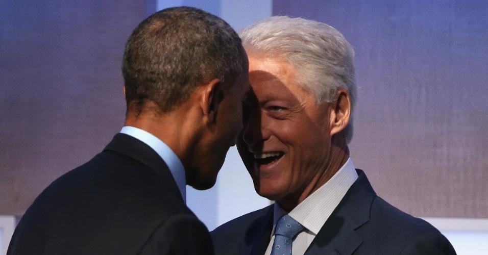 23.set.2014 - O presidente dos Estados Unidos, Barack Obama, e o ex-presidente do país Bill Clinton se cumprimentam antes do discurso de Obama no CGI (Clinton Global Iniciative), nesta terça-feira (23), em Nova York. O encontro anual, que acontece desde 2005, reúne líderes globais para discutir soluções para os problemas do planeta