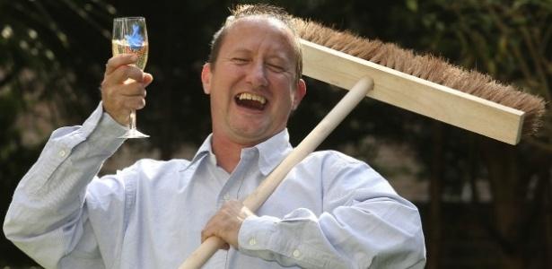 Joseph Whiting, de 42 anos e residente do bairro de Camden, em Londres, ganhou R$ 17,5 milhões na loteria e foi trabalhar no dia seguinte