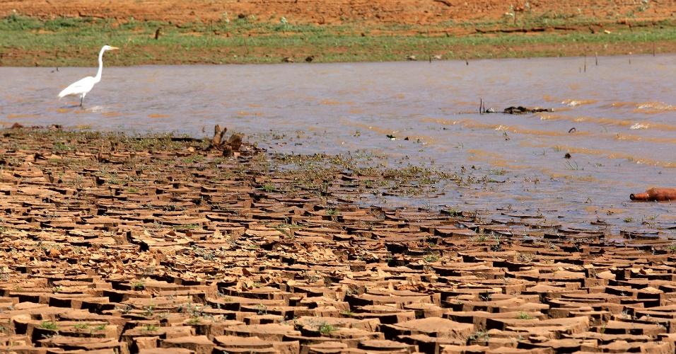 24.set.2014 -  Imagem mostra a represa Jaguari-Jacareí, localizada na cidade de Bragança Paulista, no interior de São Paulo. O nível de água armazenada no sistema Cantareira atingiu a menor marca de sua história, com apenas 7,6% da capacidade total