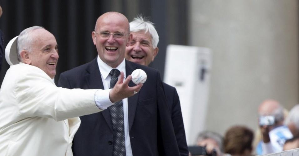 24.set.2014 - O papa Francisco surpreendeu o público novamente nesta quarta-feira (24), ao jogar beisebol no fim da audiência geral, no Vaticano. O pontífice  ganhou uma bola de beisebol de um fiel e, imediatamente, começou a brincar, simulando uma partida