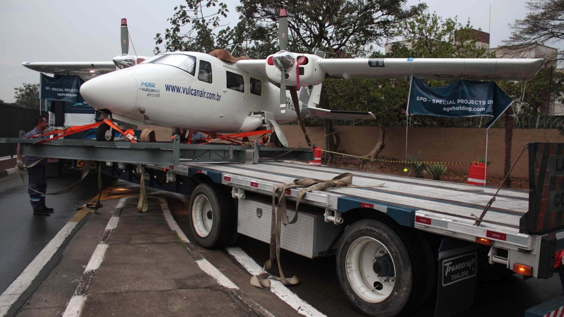 25.set.2014 - Avião Vulcanair, modelo P68R, atrapalhou o trânsito na chegada ao Transamérica Expo Center, na manhã desta quinta-feira (25), na zona sul de São Paulo. O ve�