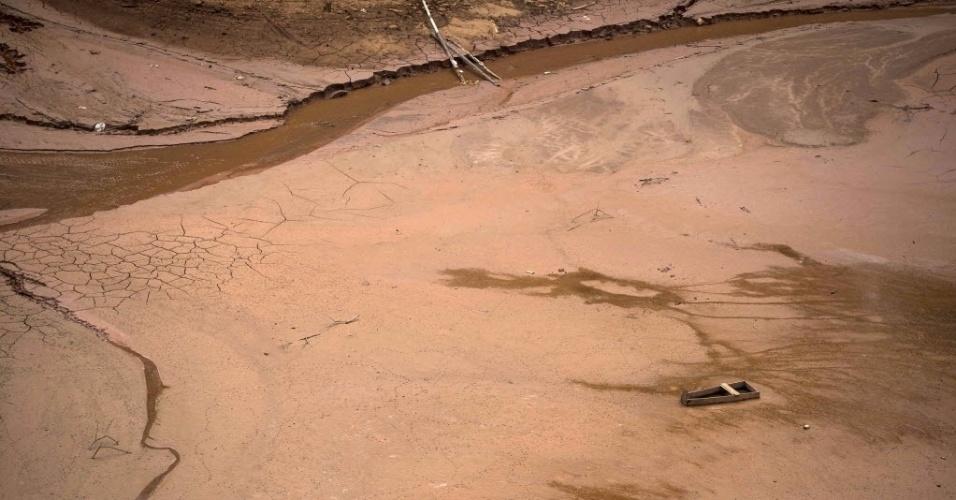 25.set.2014 - Na imagem, um pequeno barco atola no leito seco de represa em Nazaré Paulista, no interior de São Paulo. A pior seca em 80 anos na região deixou o Sistema Cantareira, que abastece a região metropolitana de São Paulo, com o nível do volume de água mais baixo da história. O secretário paulista de Saneamento e Recursos Hídricos, Mauro Arce, disse que a primeira cota do volume morto do Cantareira deve durar até o dia 21 de novembro, se o índice de chuvas na região dos reservatórios permanecer como está