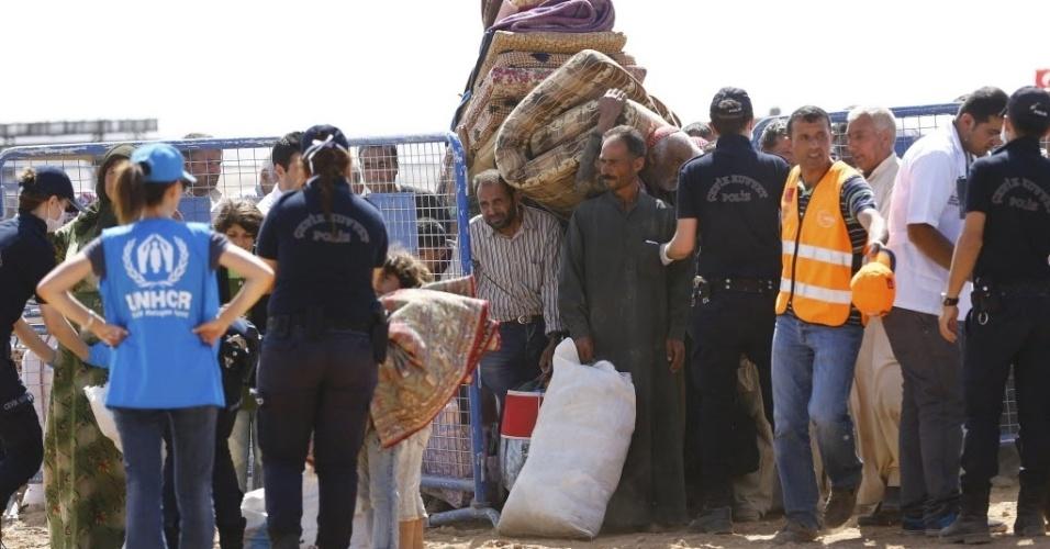 25.set.2014 - Refugiados curdos acampam na fronteira entre a Síria e a Turquia na cidade de Suruc, na província de Sanliurfa. A ONU alertou que 400 mil pessoas devem tentar entrar na Turquia fugindo da violência do Estado Islâmico. Desde o último fim de semana, 138 mil sírios atravessaram a fronteira em direção à Turquia, de acordo com o Alto Comissariado da ONU para Refugiados. A preocupação da agência é com centenas de milhares de pessoas que continuam a viver com medo da perseguição perpetrada pelo grupo contra religiosos e minorias étnicas em outros locais