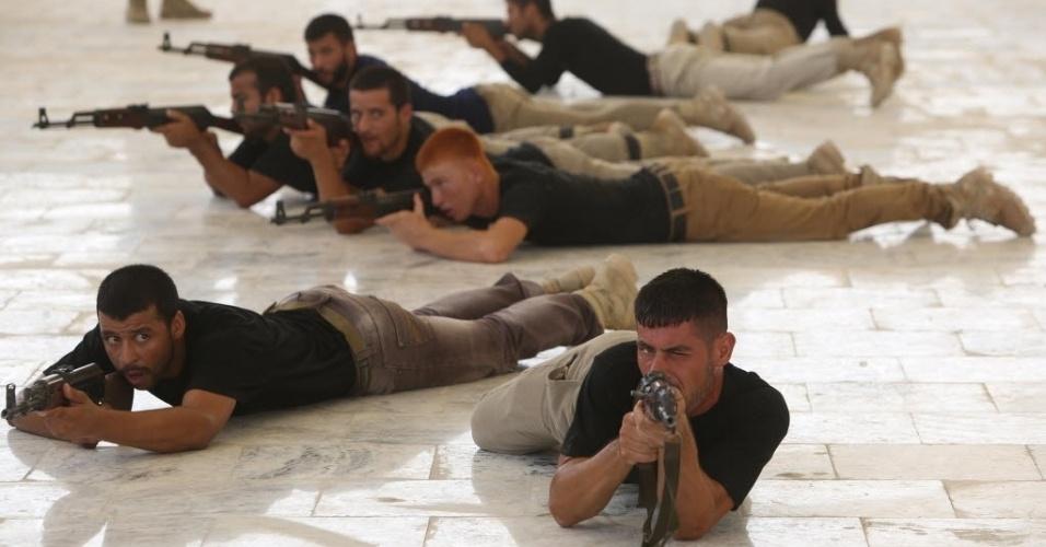 25.set.2014 - Cerca de 500 voluntários xiitas de Tal Afar participam de uma sessão de treinamento de combate em um acampamento militar na cidade de Karbala, no centro do Iraque, para se juntarem a luta contra jihadistas do grupo Estado Islâmico (EI)