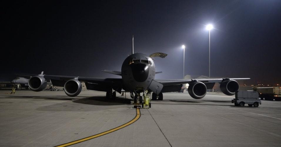 25.set.2014 - Imagem fornecida pelo Departamento de Defesa dos Estados Unidos mostra um avião decolando da Área de Comando Central dos Estados Unidos para conduzir ataques aéreos na Síria aos alvos do Estado Islâmico (EI). Os ataques aéreos dos Estados Unidos na noite desta quarta-feira (24) tiveram como alvo refinarias de petróleo controladas pelo EI no leste da Síria. De acordo com o Comando Central dos EUA, foram realizados 13 ataques, contra 12 refinarias e um veículo dos extremistas, que foi destruído