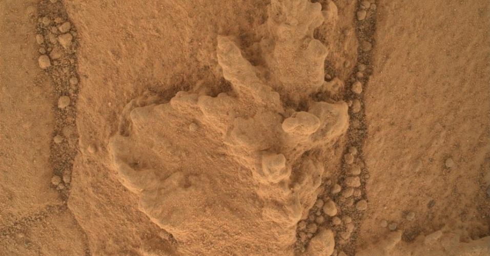 """16.set.2014 - CURIOSITY EM MARTE - Essa imagem feita pela câmera Mahli acoplada na sonda Curiosity, da Nasa, obtida nesta sexta-feira (26), mostra um exemplo de um tipo de característica geometricamente distinta, que os pesquisadores estão investigando no afloramento argilito na base do monte Sharp, em Marte. Essa característica do afloramento """"Pahrump Hills"""" é resultado de acumulações de materiais resistentes à erosão e se assemelha as encontradas na Terra, quando corpos d?água rasos que começaram a evaporar e minerais precipitaram a partir das salmouras concentradas"""
