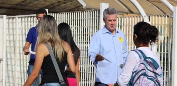 O candidato do PSB ao governo do Distrito Federal, Rodrigo Rollemberg, faz panfletagem em frente a uma universidade em Brasília