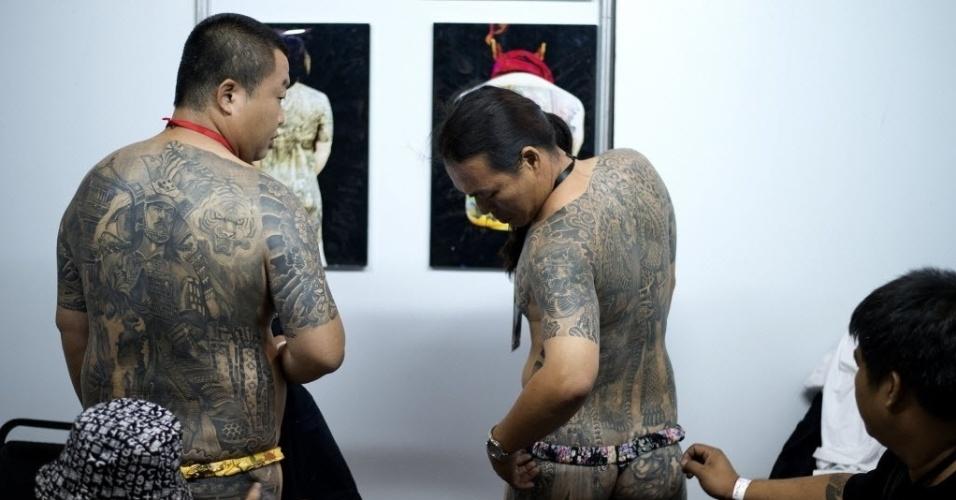 27.set.2014 - Homens exibem suas tatuagens durante exposição anual no  World Trade Center, em Manila, Filipinas