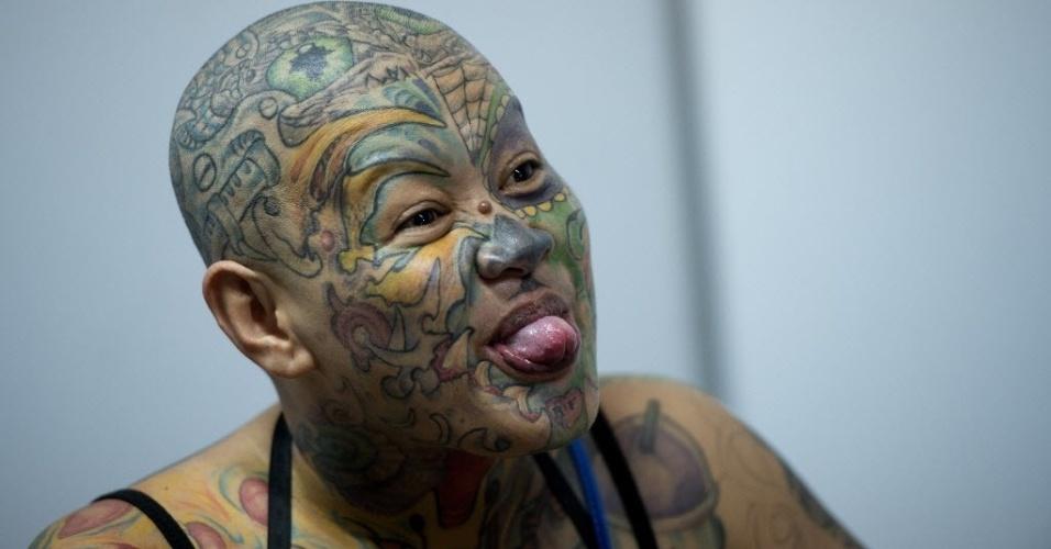 27.set.2014 - Mulher exibe suas tatuagens durante uma exposição anual, apelidada de Dutdutan, no World Trade Center, em Manila, Filipinas