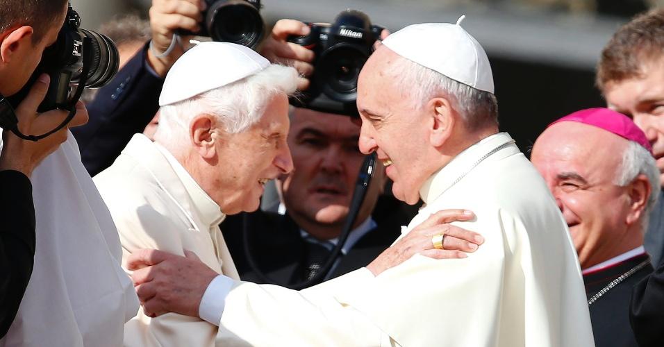 28.set.2014 - Papa Francisco (direita) cumprimenta o papa emérito Bento 16 antes de missa realizada na praça de São Pedro, no Vaticano. Bento 16 deixou a clausura para participar de um encontro de idosos. Essa é a terceira aparição pública do papa alemão após renunciar em fevereiro de 2013