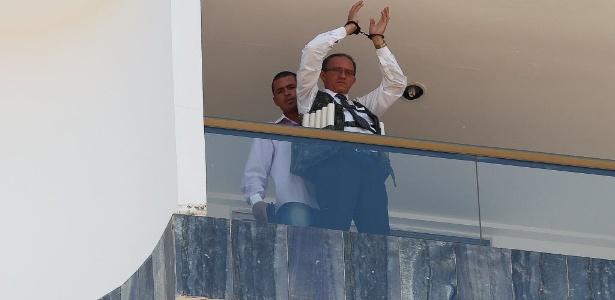Jac Souza dos Santos, 30 (esquerda), mantém funcionário de hotel como refém