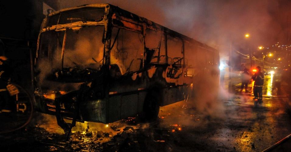 29.set.2014 - Um ônibus da empresa Insular foi incendiado no bairro Saco dos Limões em Florianópolis (SC) por volta de 23h na noite deste domingo (28).