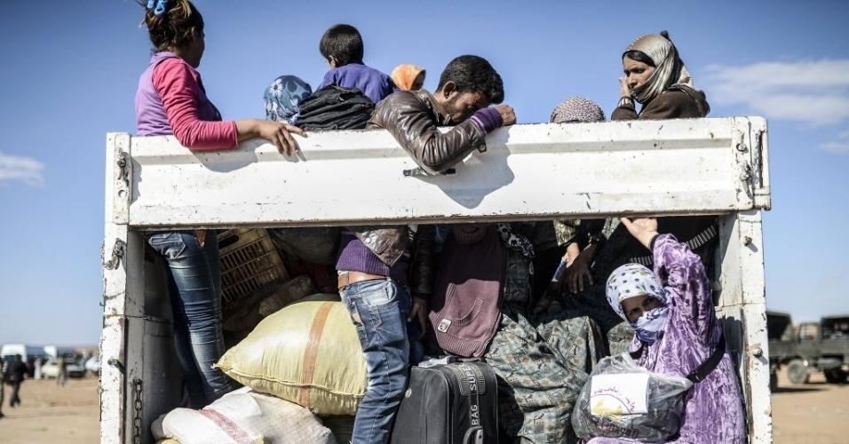 30.set.2014 - Curdos sírios cruzam a fronteira entre a Síria e a Turquia, nesta terça-feira (30), depois que vários morteiros atingiram ambos os lados, perto da cidade de Suruc, na província de Sanliurfa. Milhares de curdos sírios fugiram para a Turquia por conta dos ataques do Estado Islâmico (EI)