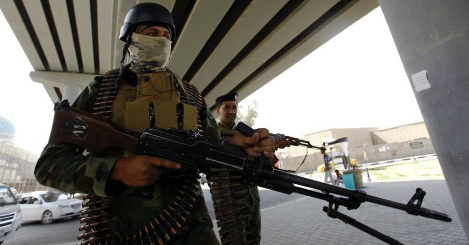 30.set.2014 - Membros da força de segurança iraquiana fazem patrulha na cidade sagrada de Najaf, nesta terça-feira (30). A cidade ganhou destaque como centro político e militar durante a crise. Enquanto o governo central tem se esforçado para responder aos ataques do Estado Islâmico (EI), Najaf também absorveu milhares de iraquianos que fogem da violência
