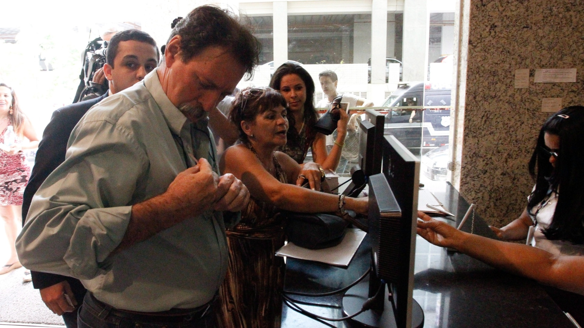 30.set.2014 - O ex-tesoureiro do PT Delúbio Soares, condenado a 6 anos e 8 meses de prisão no julgamento do mensalão, chega à Vara de Execuções de Penas e Medidas Alternativas (VEPEMA) em Brasília, para pegar o alvará confirmando que está no regime semiaberto. O ministro Luís Roberto Barroso, do Supremo Tribunal Federal (STF), autorizou na segunda-feira (22) o que ele cumpra o restante de sua pena de prisão em casa