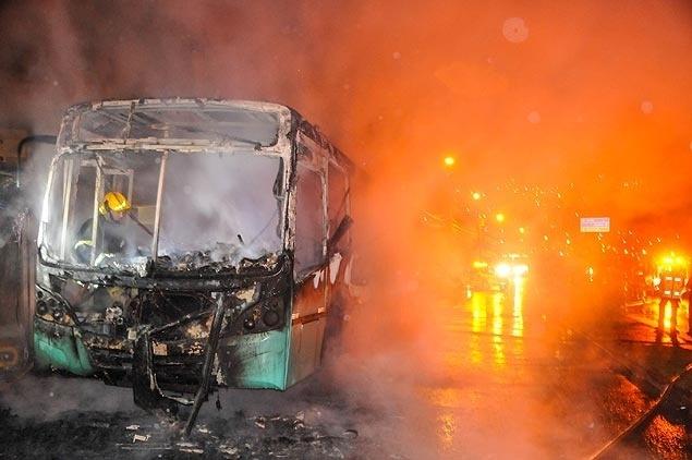 Santa Catarina registra onda de ataques; ônibus é incendiado por criminosos em Florianópolis